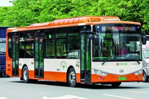 新型纯电动三门公交车比两门公交车长了0.5米,车身长度约12米。