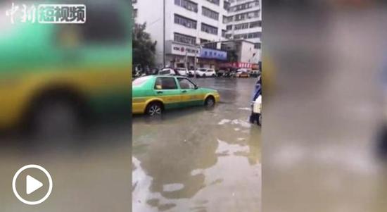 广东多地现暴雨冰雹等极端天气 茂名有车辆被水冲走