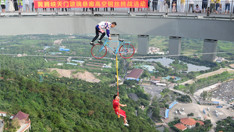 挑战清远玻璃悬廊500米高空钢丝