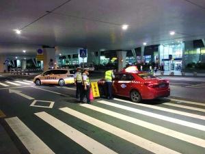 15日晚,市交通执法部门在白云机场、天河客运站、省市站、火车站东广场等重点区域开展巡游出租车专项整治行动。 信息时报记者 康健 摄