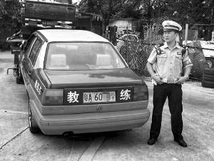 """广州交警日前查获5辆""""假套牌""""车,其中有2辆还是教练车。信息时报记者 萧嘉宁 摄"""