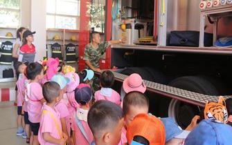 建中幼儿园小朋友学习消防知识