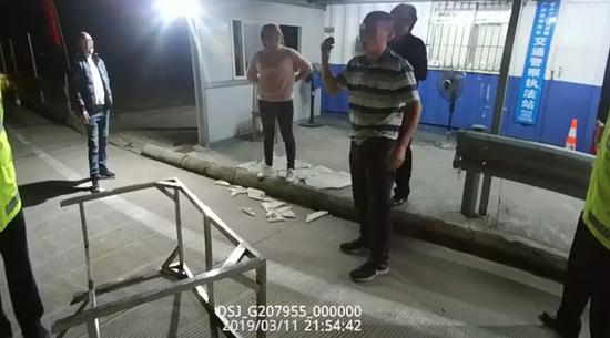 江门比亚迪出珠海被抓 一车男女大闹交警队砸桌爆粗