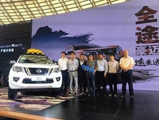 東風日產領導、廣州經銷商代表與車主合影留念