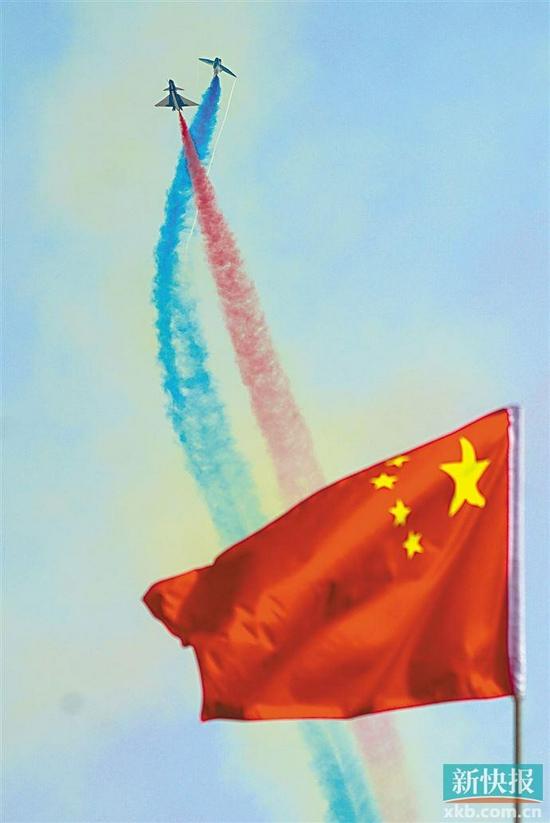 月28日,中国空军八一飞行表演队进行飞行表演 新华社发