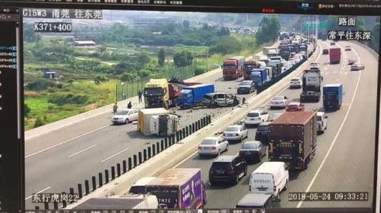 警方通报:东莞虎岗高速3辆小车逆行引发多车碰撞