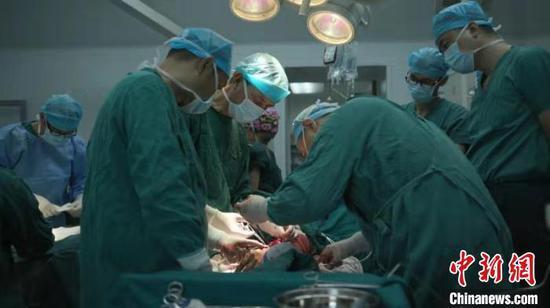 骨科中心的医生在紧张手术中。受访者提供