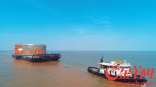 """钢吊箱整体吊装下放采用了3200吨起重船""""长大海升""""号"""