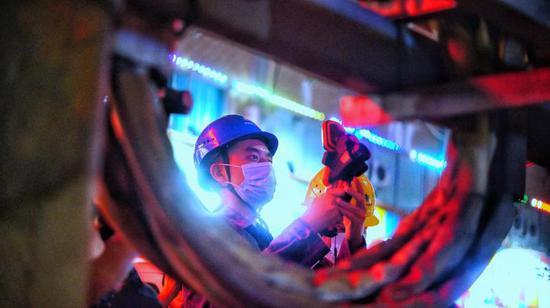 南方电网广东江门鹤山供电局对用电负荷较大的企业和商区开展测温夜巡,及时掌握线路设备运行情况。(李永健)