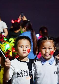 重阳佳节 广州市民登高祈福
