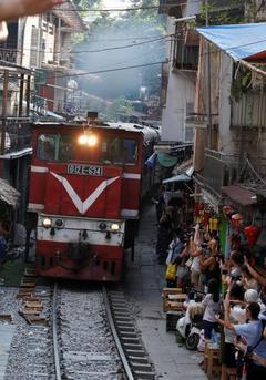 越南:离铁轨仅1米边喝咖啡边看火车