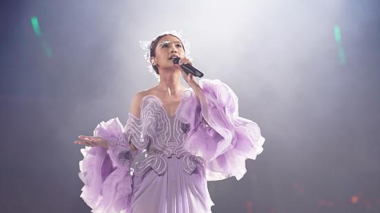 深V大露背的银紫色定制服装惊艳亮相