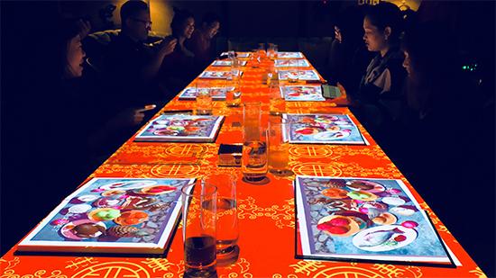 来到了中国,餐桌也幻化为中国红
