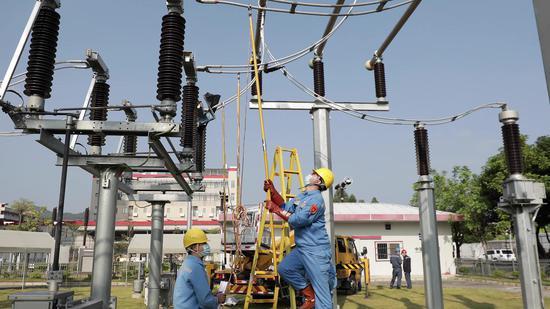本次演练贴合广州电力应急实战要求,图为供电人员抢修变电站设备(李崧摄)