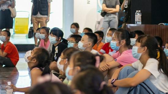 孩子们聚精会神地听教练讲极端天气自救方法