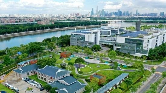"""""""水滴花园""""下面是2010年建成的国内首个全地埋式再生水厂。"""