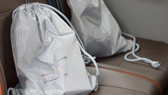 """爱心企业邮储银行广东省分行向孩子们捐赠""""安全礼包"""""""