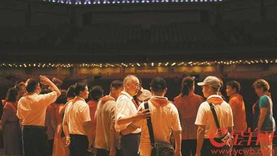 昨日,60名昔日曾参演《东方红》的少先队员在中山纪念堂聚首 羊城晚报全媒体记者 徐振天 张敏楠 摄