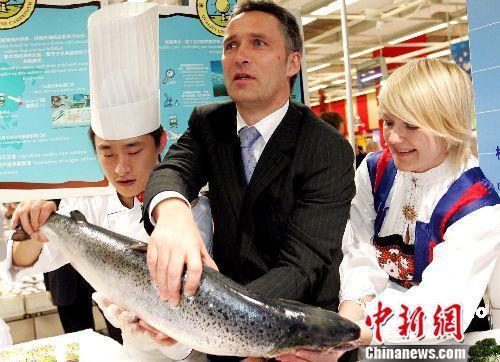 资料图:图为2007年挪威前首相斯托尔滕贝格到北京超市推广三文鱼。