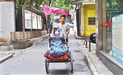 河南小伙带500元徒步到广州 边走边直播交友还能赚钱