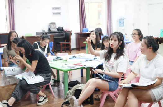 赵秋萍老师为毕节当地老师提供课程培训
