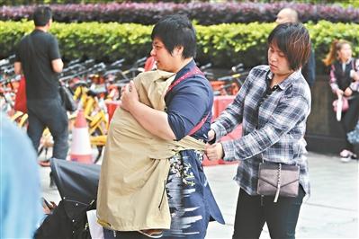 昨日天冷风大,外出市民添上外套。广州日报全媒体记者王维宣、黎旭阳摄
