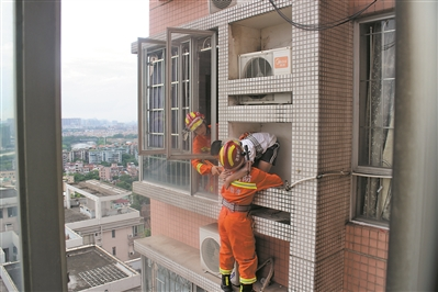 荔湾一男孩被困24楼空调架 消防员爬出窗外将其解救