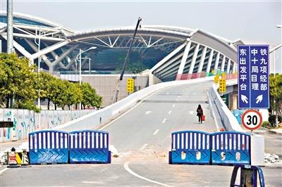 广州南站东出发平台的道路已经封闭,一名旅客走在通往东出发平台的道路上。广州日报全媒体记者苏俊杰摄