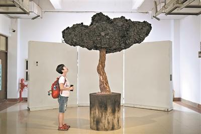 雕塑系学生的作品想法多多。