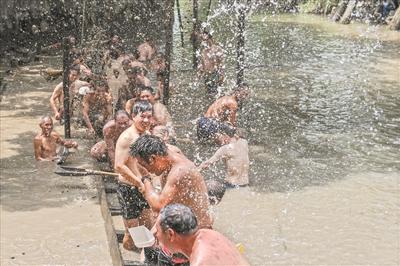 抬龙船的现场成了泼水节,村民们相互泼水,成了大小孩。