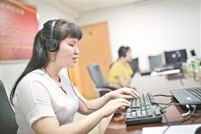 考试结束后,几位视障考生在向记者演示一边听电脑读屏一边打字做题。