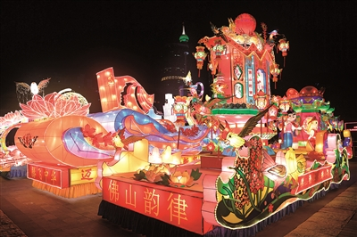 夜色下,绚丽的秋色彩灯。广州日报全媒体记者何波摄
