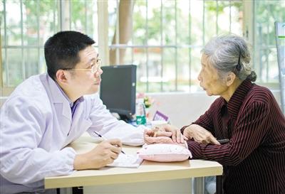 一位老人正在医院就诊。 广州日报全媒体记者庄小龙摄