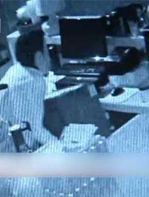 蟊贼偷保险柜撬不开 直到被抓