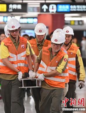 港铁中环站列车相撞暂停服务