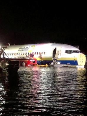 美一架波音737客机降落时冲出跑道 滑入河中