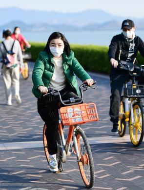 深圳市民戴口罩来海边锻炼