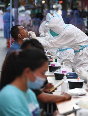 广州守护天使:高温下的核酸检测工作