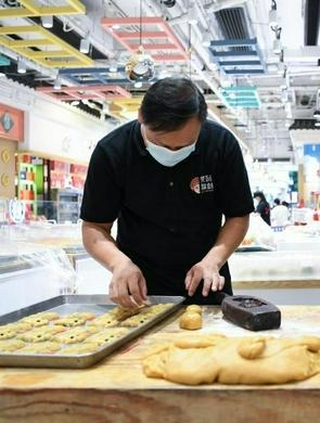广州:礼饼飘香迎中秋 进入产销旺季