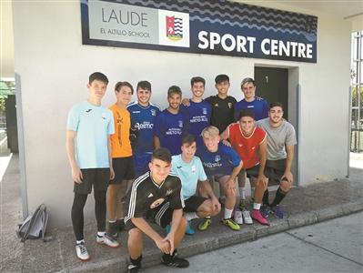 """""""未来之星""""周德华(后排右二)目前正在西班牙训练。"""