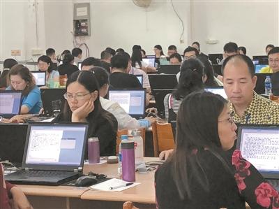 华南师范大学图书馆内,评卷员正在进行高考阅卷。