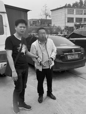 民警将最后一名嫌疑人李某捉拿归案。信息时报记者 萧嘉宁 摄