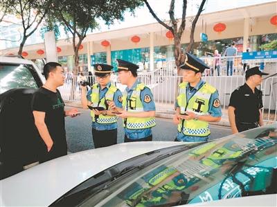 市交委执法人员在环市西路对网约车市场进行专项整治行动。