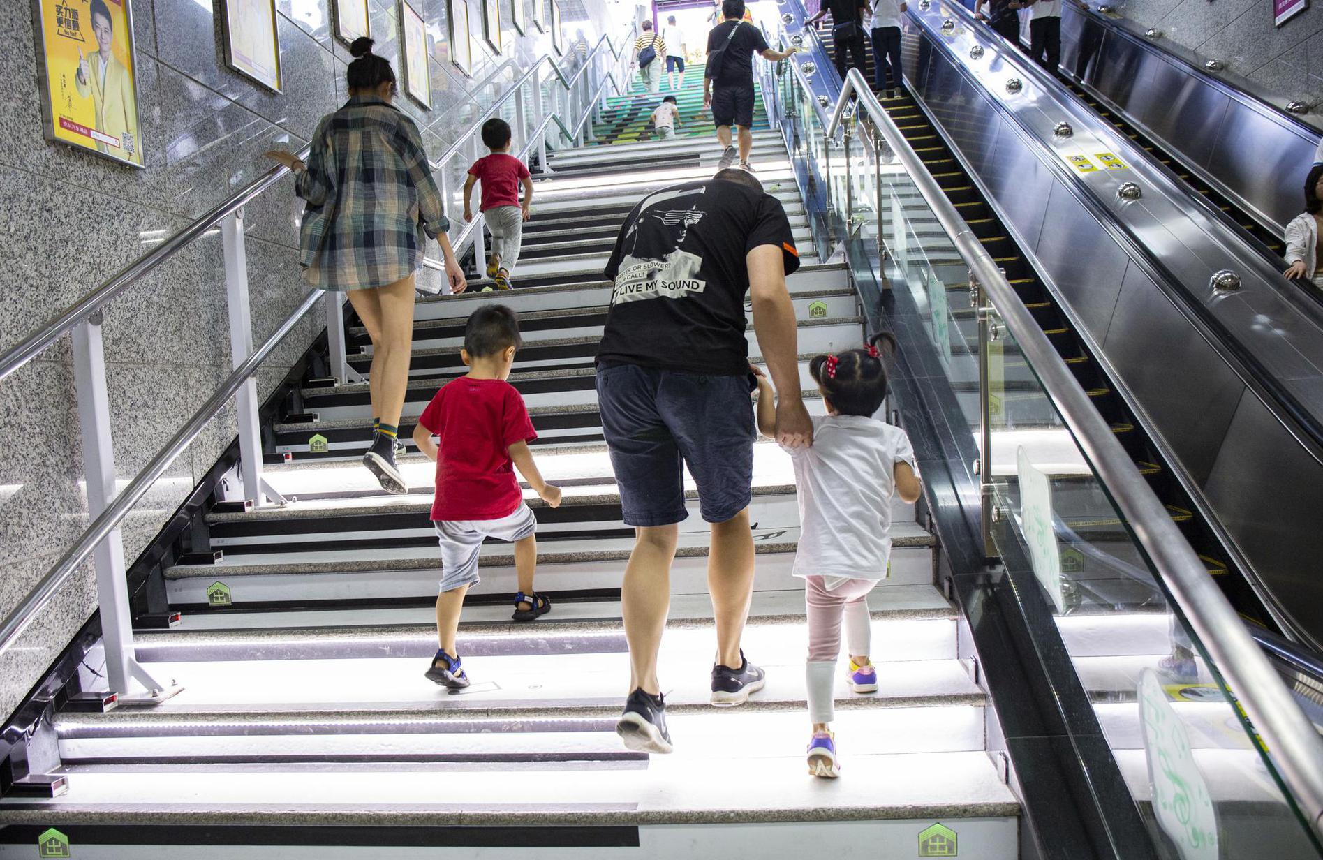 """广州地铁音乐楼梯成""""网红""""打卡点"""