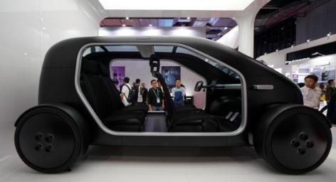 11月6日,首届中国国际进口博览会上,观众在观看一种新型电动车。 新华社 图