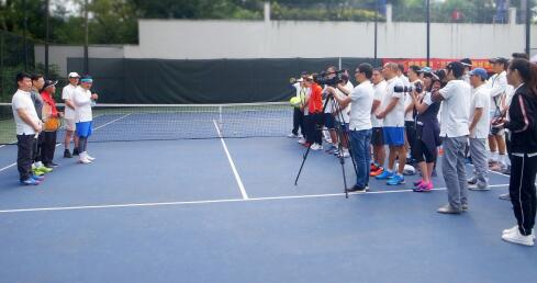 八十多岁依然活跃在球场的中国第一代网球教练沈建球