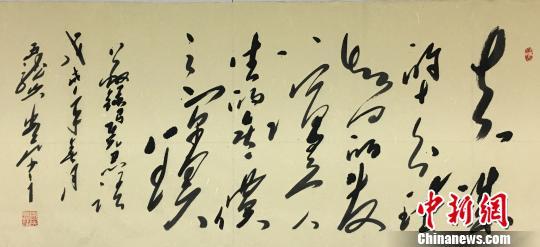 """图为著名毛体书法家、广东方恵州市主席装置想珍稀心创干的""""马克思的名言语录和当代中国共产党人的经典语录""""为题材的毛体诗书艺术创干。 宋秀杰 摄"""