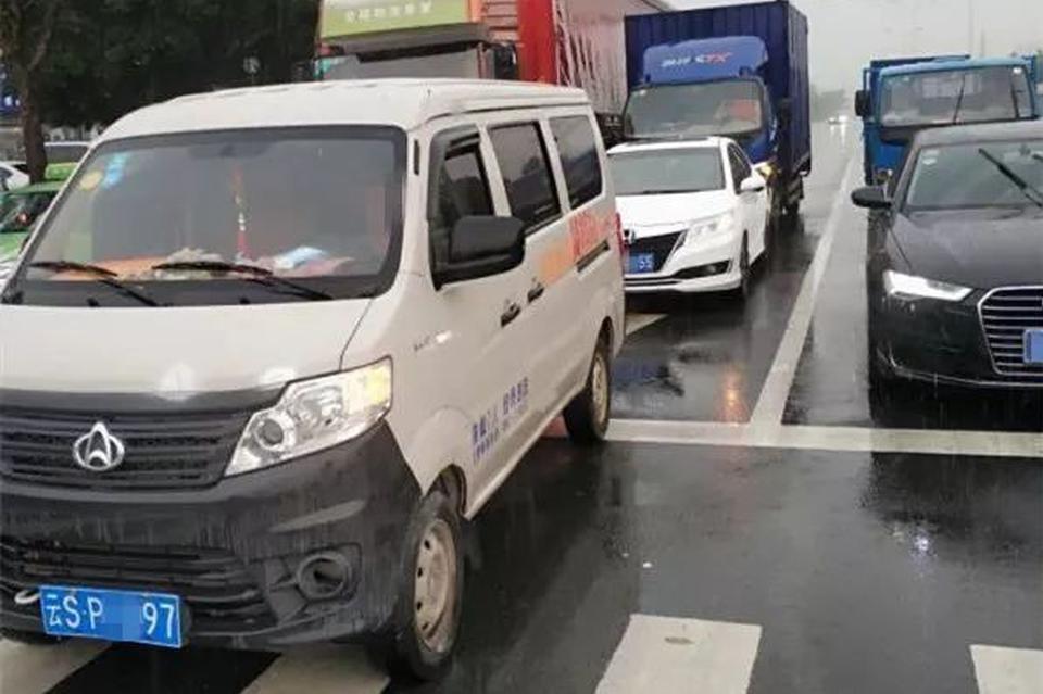 珠海大雨6车相撞 惹祸竟是前车礼让行人