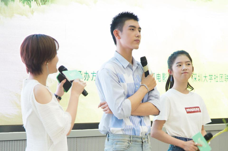 陈飞宇何蓝逗亲密互动 深大同台宣传