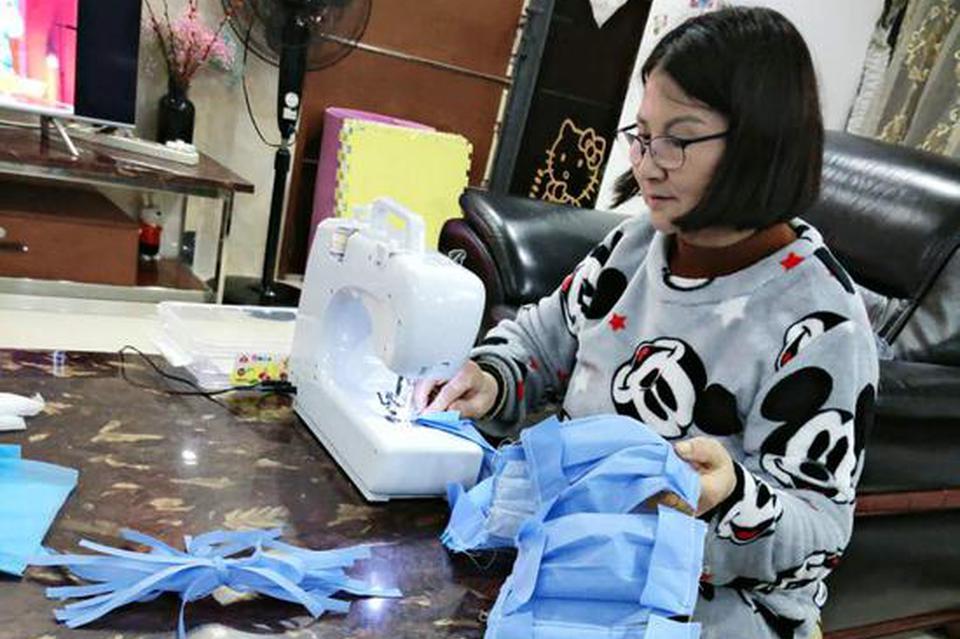 护士手工裁剪缝制口罩免费派患者